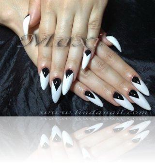 Ноктопластика с акрил - с основа от бял лак и декоративни черни триъгълници с боичка