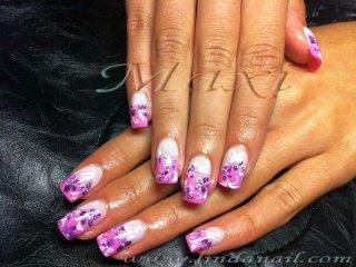 Ноктопластика с гел - с розов лак, добавен с гъбичка и декорация на цветя с тънка четка с лилава и бяла боички