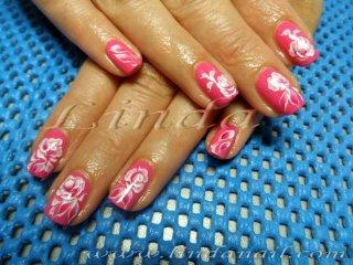Естествен маникюр - декоративни рози върху естествени нокти, нарисувани с плоска четка