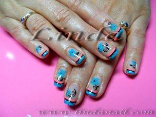 Рисунки на цветя със синя, розова и черна боички, с добавен сребрист брокат