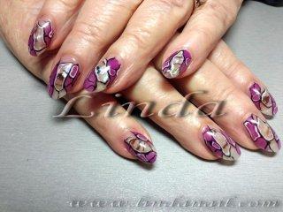 Поддръжка с акрил - с вградено фолио от мидички, оцветяването в лилаво е направено с гел-боичка, а контурите са с бяла и черна боя