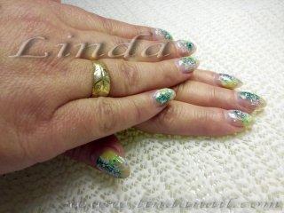 Ноктопластика с акрил - с вграден зелен и жълт акрил и златни люспи, с декорация на бели цветя под финиш гел