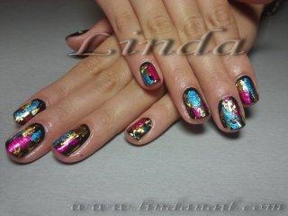 Декоративен маникюр - естествени нокти с черен лак и отпечатъци на златно, червено и синьо фолио
