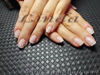 Естествени нокти - с декоративна решетка, направена с тънка четка и бяла акрилна боичка