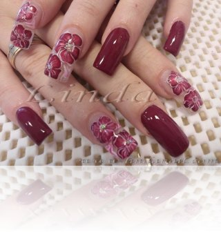 Поддръжка с акрил - декоративни цветя, направени върху мокър прозрачен розов лак, с очертания с тънка четка и брокат
