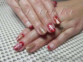 Гел лак дизайн, направен със златен брокат, златно и червено фолио и декорации с тънка четка