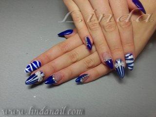 Дизайн със синя и бяла акрилна боичка и декоративни камъчета