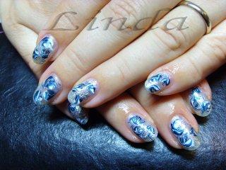Декорации в синьо и бяло, както и малко сребрист брокат