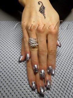 Ноктопластика и татуировка - удължител и акрил, с релефни цветя, направени върху сребрист лак