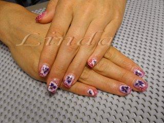 Ноктопластика с удължител и розов акрил, с цветя, направени с плоска четка под финиш гел.
