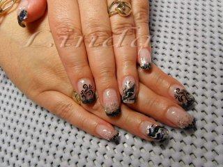 Ноктопластика - изграждане с акрил, с вградени черни и сребристи люспи. На безименния пръст направен дизайн с черен акрил и бяла боичка