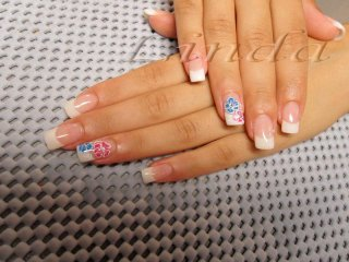 Перманентен френч - ноктопластика с акрил и удължители, с декоративни цветя на безименните пръсти