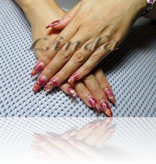 Ноктопластика с използване на прозрачен удължител и акрил, с вградени сребристи люспи, златно фолио и розов брокат