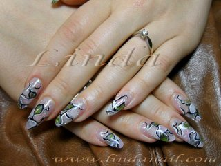 Дизайн с бял и розов акрил, с вградено зелено фолио и контури, направени с бяла и черна боички под финиш гел