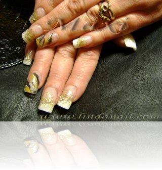 Ноктопластика - изграждане на перманентен френч с акрил, с вградени златни люспи и златен брокат