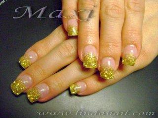 Ноктопластика - изграждане с акрил, с вграждане на златни люспи и златен брокат