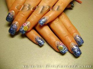 Ноктопластика с акрил и прозрачен удължител - дизайн с вградени син брокат и фемо цветя на безименните пръсти