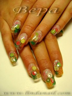 Ноктопластика с прозрачен удължител - с използване на розов, зелен и оранжев брокат и вградени плодчета