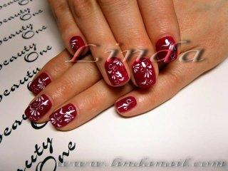 Декоративен маникюр - декорации с бяла боичка върху естествени нокти