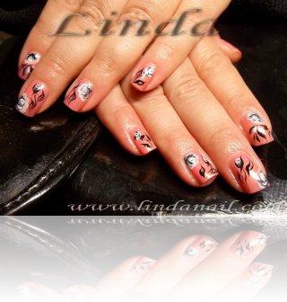 Декоративен маникюр - рози, нарисувани върху естествени нокти, направени с помощта на плоска четка с черна и бяла боички, а листенцата - с тънка четка