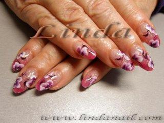 Поддръжка на ноктопластика с акрил, с рисунки на декоративни цветя с плоска четка с бяла и лилава боички