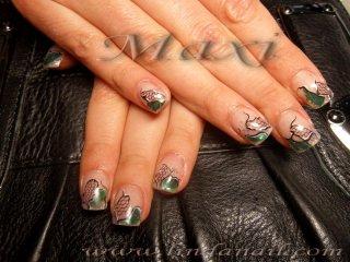 Ноктопластика с акрил върху естествен нокът и дизайн, направен с помощта на вградена дантела и зелено фолио