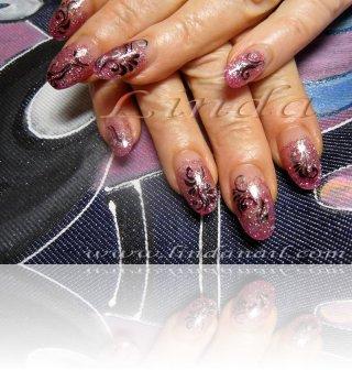 Поддръжка с акрил - с вграждане на розов брокат и перманентна декорация, направена с тънка четка с черна и сребриста боички