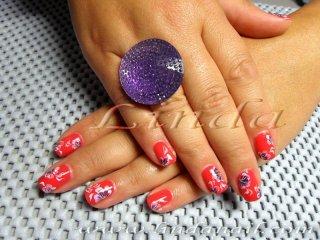 Декоративен маникюр - естествени нокти в червено, с декорации на цветя с плоска четка с лилава и бяла боичка