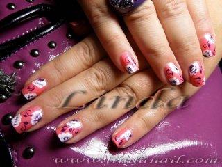 Рисунки на цветя с помощта на плоска четка и четка с тънък косъм върху естествени нокти