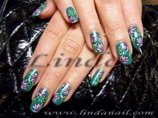Рисунки на цветя върху естествени нокти, направени с тънка четка с бяла, розова, зелена и черна боички