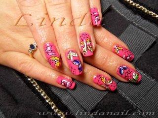 Декоративен маникюр върху естествен нокът и рисунки на пеперуди